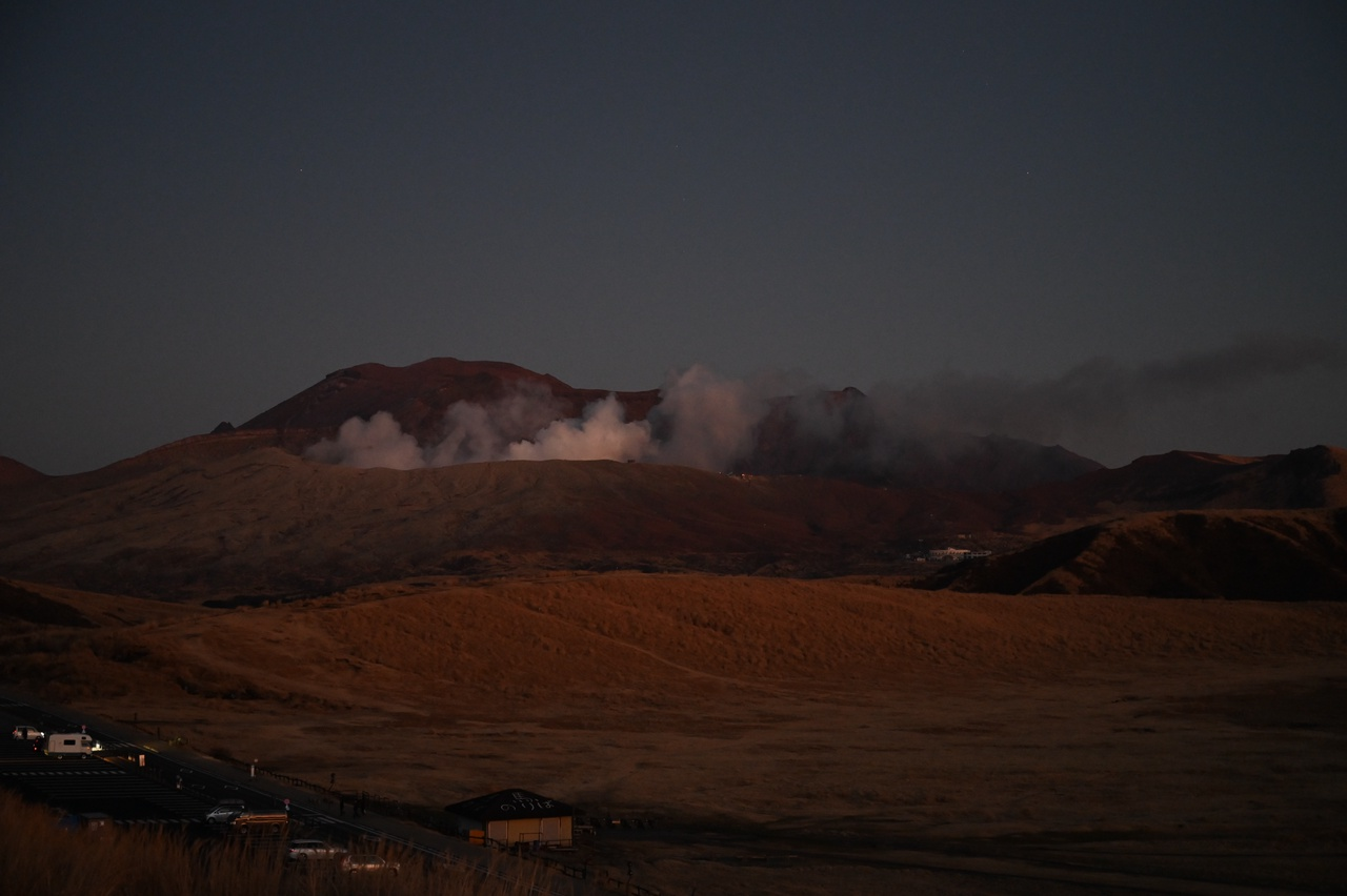 夕暮れ時の草千里と中岳火口