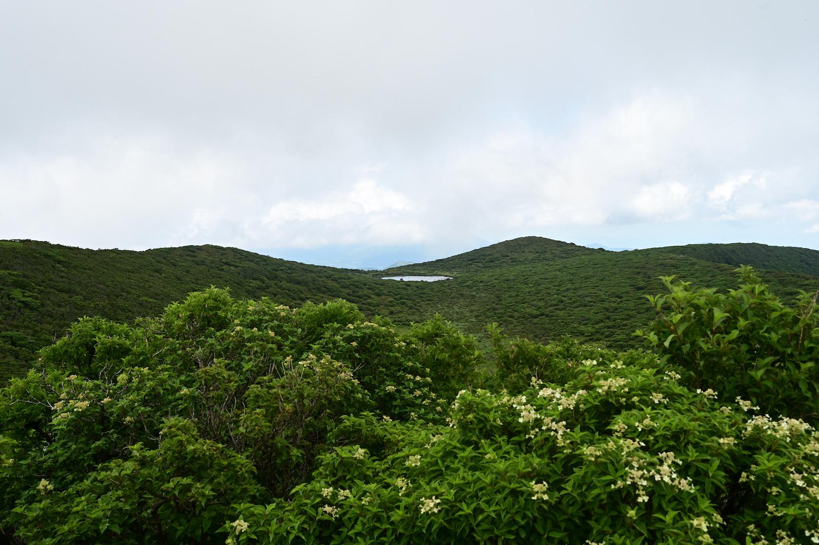 北大船山から平治岳方面に見える池