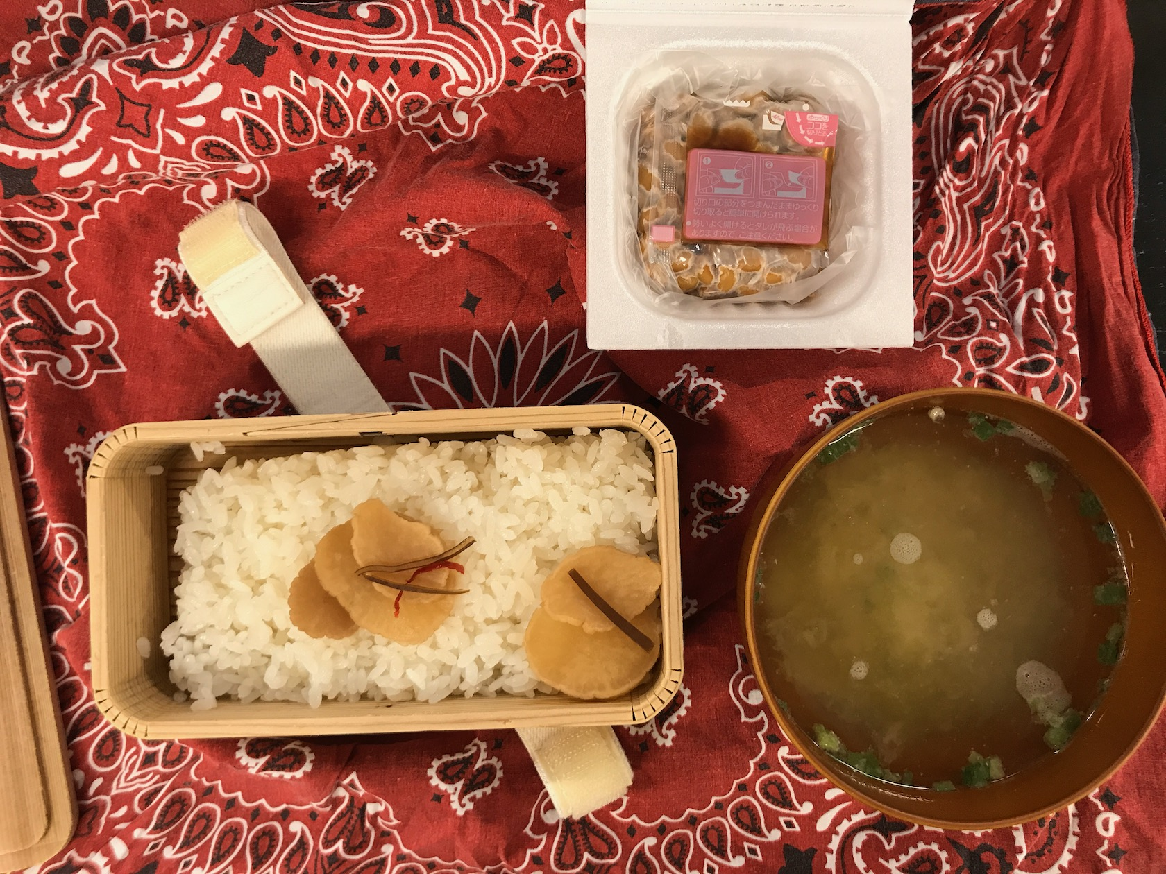 納豆味噌汁漬け物弁当