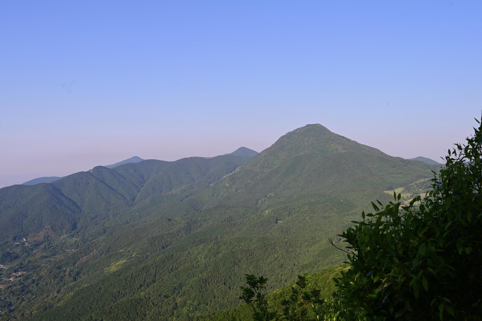 十坊山から見る二丈岳、女岳、浮嶽