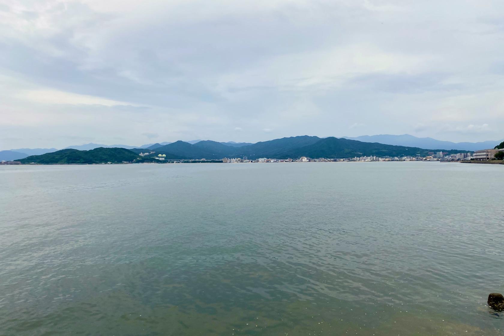 今津湾の端から今宿を見る