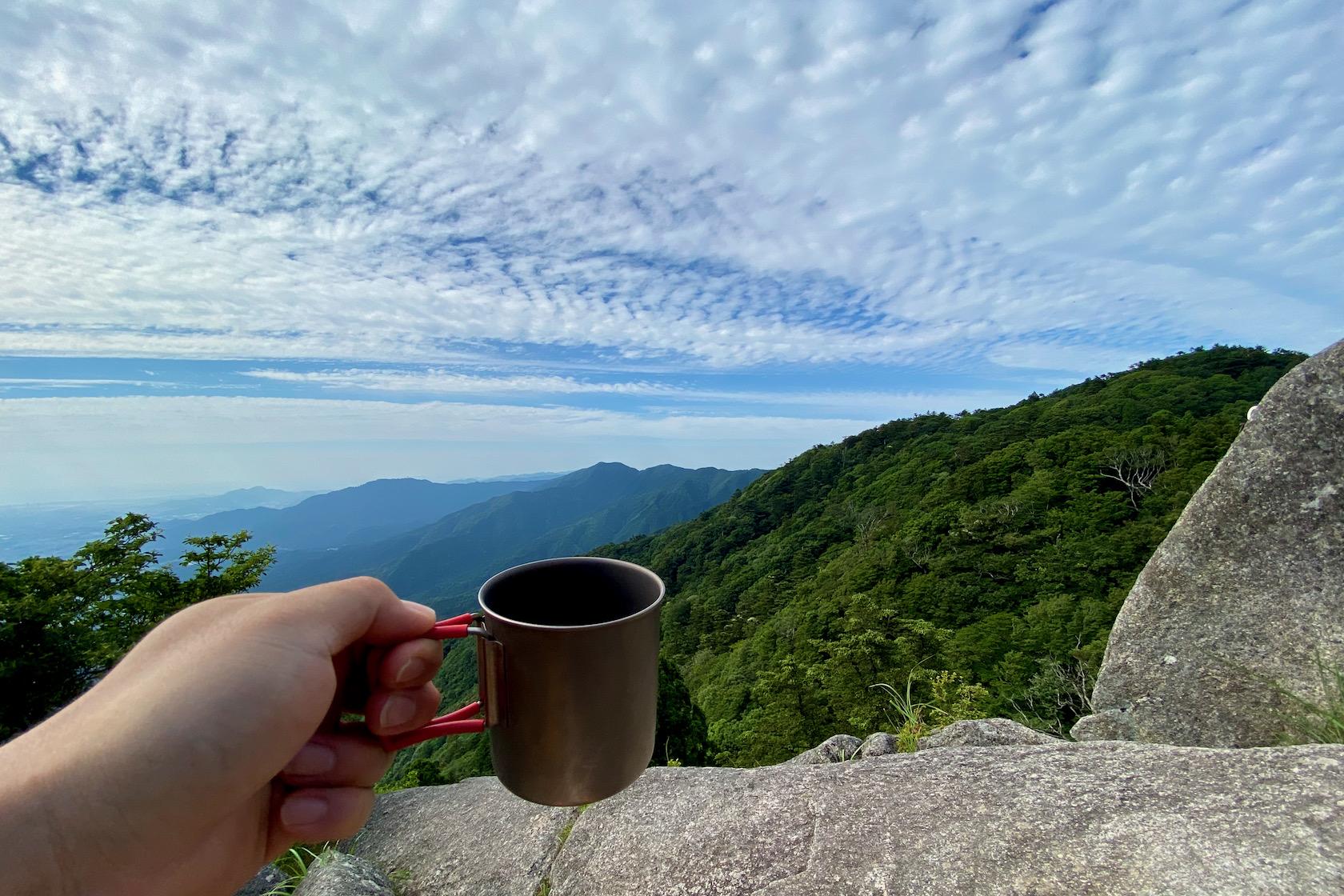 宝満山山頂で歩いてきた山並みを眺めながらコーヒー
