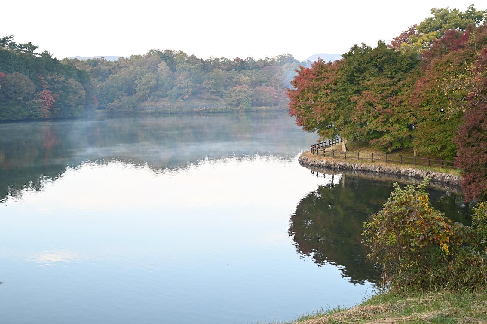 朝靄がかかる志高湖
