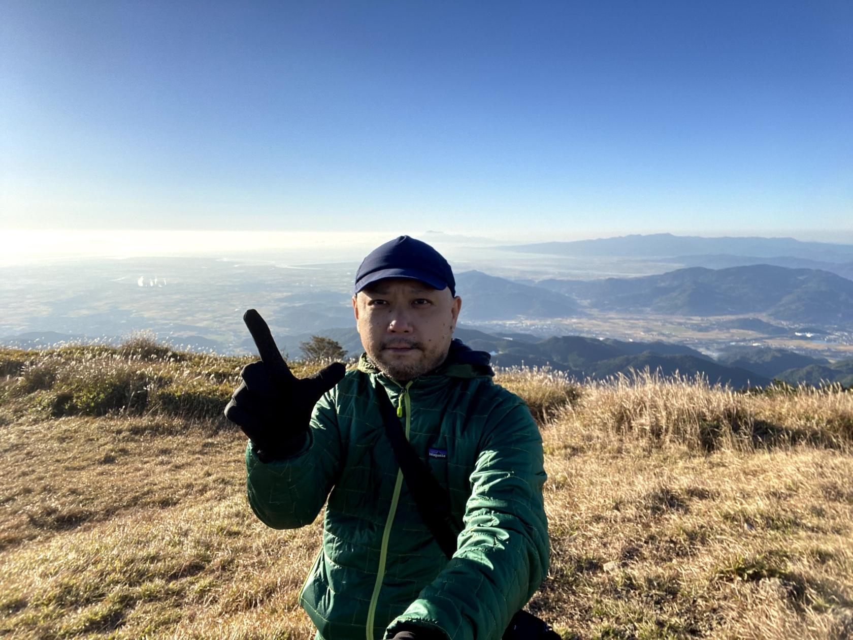 登山の休憩中、 Patagonia のナノパフジャケットを着て寒さを凌いでいる著者。