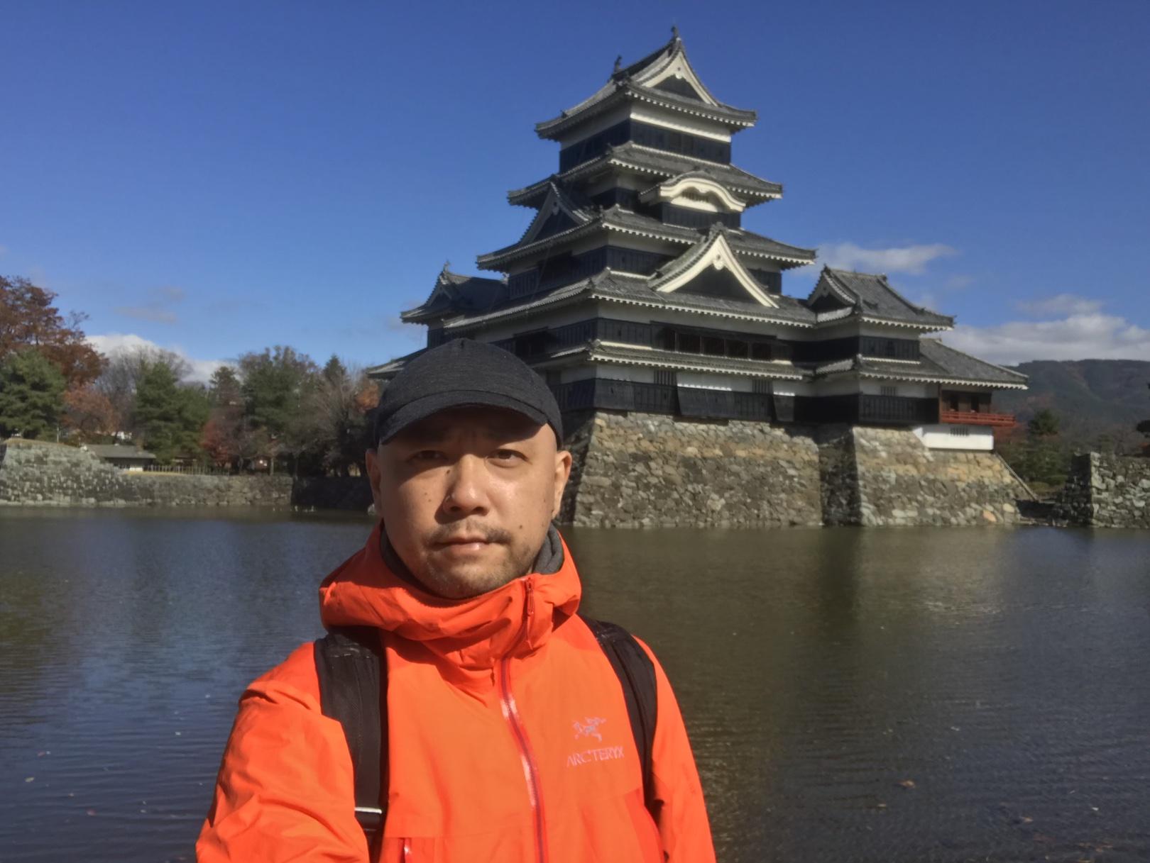 友だちの結婚式で 11 月の松本に行ったときに ARC'TERYX のゴアテックスジャケットを着ている著者。松本の街は晴れの氷点下で、このとき着るべきはゴアテックスジャケットではなく中綿入りのジャケットだった。